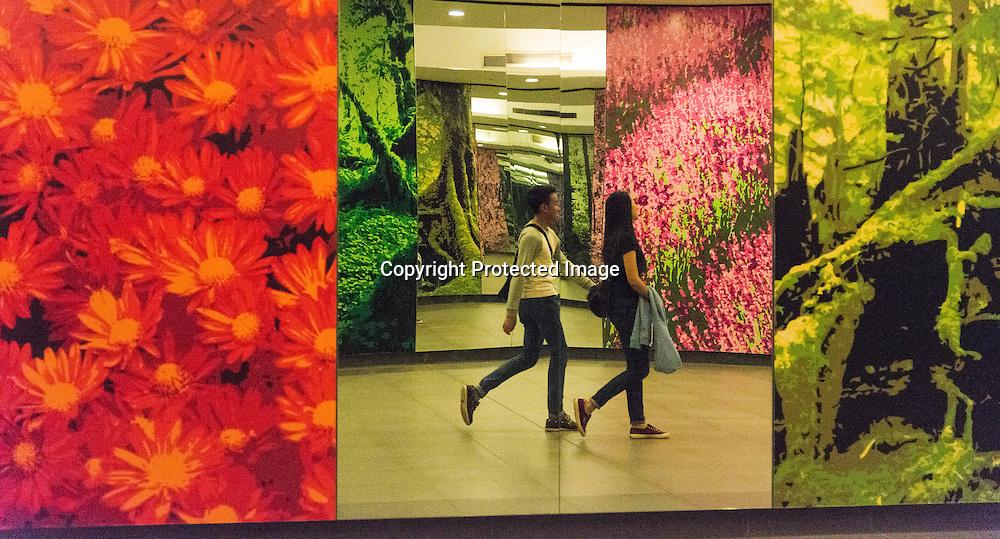 Singapore. Underground passage way in Marina bay area, decorated with paintings and mirrors / passage sous terrain dans le quartier de marina bay decoré avec des mioirs.