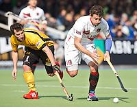 AMSTELVEEN - HOCKEY - Amsterdam-speler Santi Feixa (r) in duel met de Spanjaard Sergi Enrique,   , tijdens de EHL K.O. hockeywedstrijd tussen  de mannen van Amsterdam en het Spaanse Atletic Terrassa . COPYRIGHT KOEN SUYK