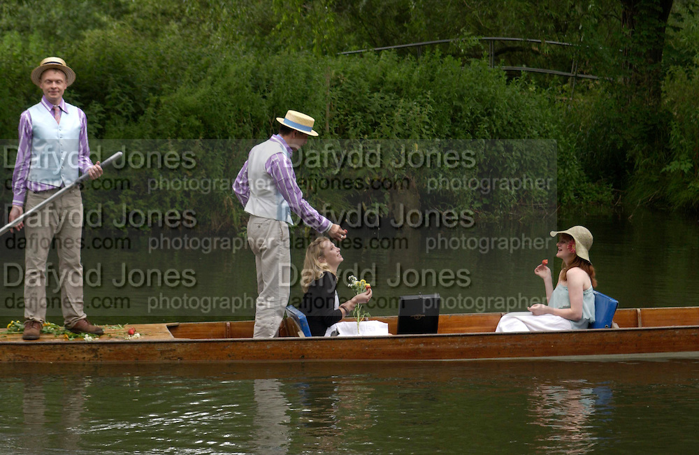 CAMBRIDGE: Laura Pearson, Adam Shindler ( blue cravat) Johnny Gee and Helen Gunn. The Dangerous Sports Club host the innauguaral Oxford V  Cambridge Punt Race. University Parks. Oxford. 25 June 2005. 25 June 2005. ONE TIME USE ONLY - DO NOT ARCHIVE  © Copyright Photograph by Dafydd Jones 66 Stockwell Park Rd. London SW9 0DA Tel 020 7733 0108 www.dafjones.com