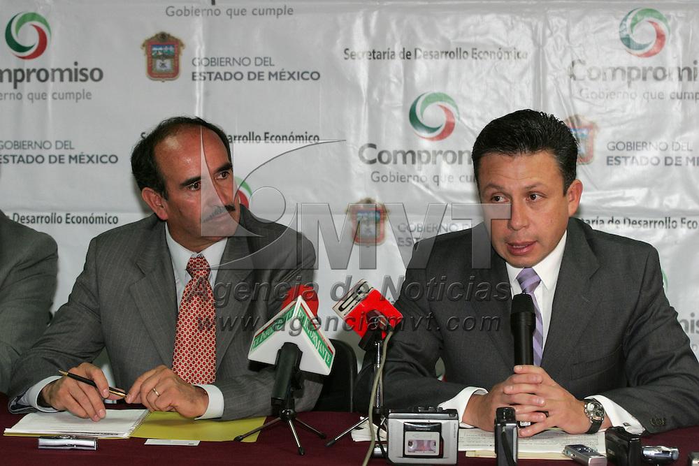 Toluca, Mex.- Marcos Marquez Mercado, Presidente Municipal de Tepotzotlan (izq) y Jose Antonio Ordo&ntilde;ez, Director de Comercio, durante la rueda de prensa donde hicieron la invitacion para asistir a la feria de Tepotzotlan. Agencia MVT / Javier Rodriguez. (DIGITAL)<br /> <br /> <br /> <br /> <br /> <br /> <br /> <br /> NO ARCHIVAR - NO ARCHIVE