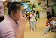 P&eacute;kin, le 16 mai 2014<br /> Qi Cong (la maman)danse avec sa fille Ding Yuhan, dans un centre de loisirs pour enfants.