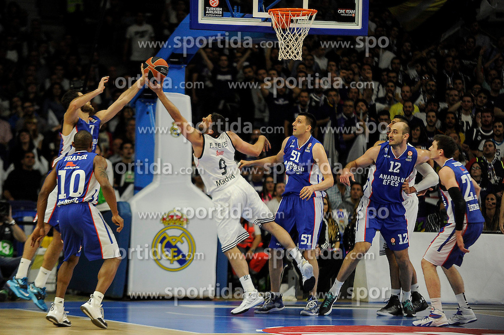 15.04.2015, Palacio de los Deportes stadium, Madrid, ESP, Euroleague Basketball, Real Madrid vs Anadolu Efes Istanbul, Playoffs, im Bild Real Madrid&acute;s Felipe Reyes and Anadolu Efes&acute;s Stratos Perperoglou and Milko Bjelica // during the Turkish Airlines Euroleague Basketball 1st final match between Real Madrid vand Anadolu Efes Istanbul t the Palacio de los Deportes stadium in Madrid, Spain on 2015/04/15. EXPA Pictures &copy; 2015, PhotoCredit: EXPA/ Alterphotos/ Luis Fernandez<br /> <br /> *****ATTENTION - OUT of ESP, SUI*****