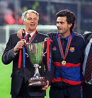 Fotball<br /> England historie<br /> Foto: Colorsport/Digitalsport<br /> NORWAY ONLY<br /> <br /> Bobby Robson (Barcelona coach) with Jose Mourinho (assistant) right, with the trophy. 13/5/97. Barcelona v Paris Saint Germain. European Cup Winners Cup Final 1997.