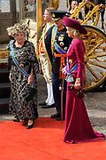 Aankomst koninklijke familie in de gouden koets bij de Ridderzaal op Prinsjesdag 2012. /// Arrival royal family in the golden coach at the Riddrerzaal on &quot;Prinsjesdag&quot;in The Hague<br /> <br /> Op de foto / On the photo:<br />  Koningin Beatrix, kroonprins Willem-Alexander en prinses M&aacute;xima stappen uit de gouden koets