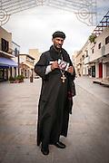 Lampedusa, Sicilia, Italy, ott 2013. Padre Musie la sorella Hagerawiti (bara 72) è scomparsa nel naufragio del 3 ottobre 2013. Father Musie his sister Hagerawiti (cuffin 72) is disappeared migrants the night of 3 oct 2013