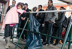 14.10.2015, Bahnhof, Freilassing, GER, Flüchtlingskrise in der EU, im Bild ein Flüchtling in Decken gehüllt, wartet auf den Sonderzug und posiert für ein Foto // a refugee wrapped in blankets, waiting for the special train and poses for a photo, Railway Station, Freilassing, Germany on 2015/10/14. EXPA Pictures © 2015, PhotoCredit: EXPA/ JFK