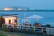 Kneipe auf Schiff-Anlegestelle Blankenese bei Daemmerung, Hamburg, Deutschland.|.pub on pier  Blankenese at dusk, Hamburg, Germany.