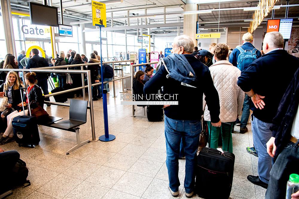 EINDHOVEN eindhoven aiport , ryanair transavia . vertrek prijsvechter , goedkoop london , easyjet , klm  airport ryanair palma de mallorca . copyrught robin utrecht
