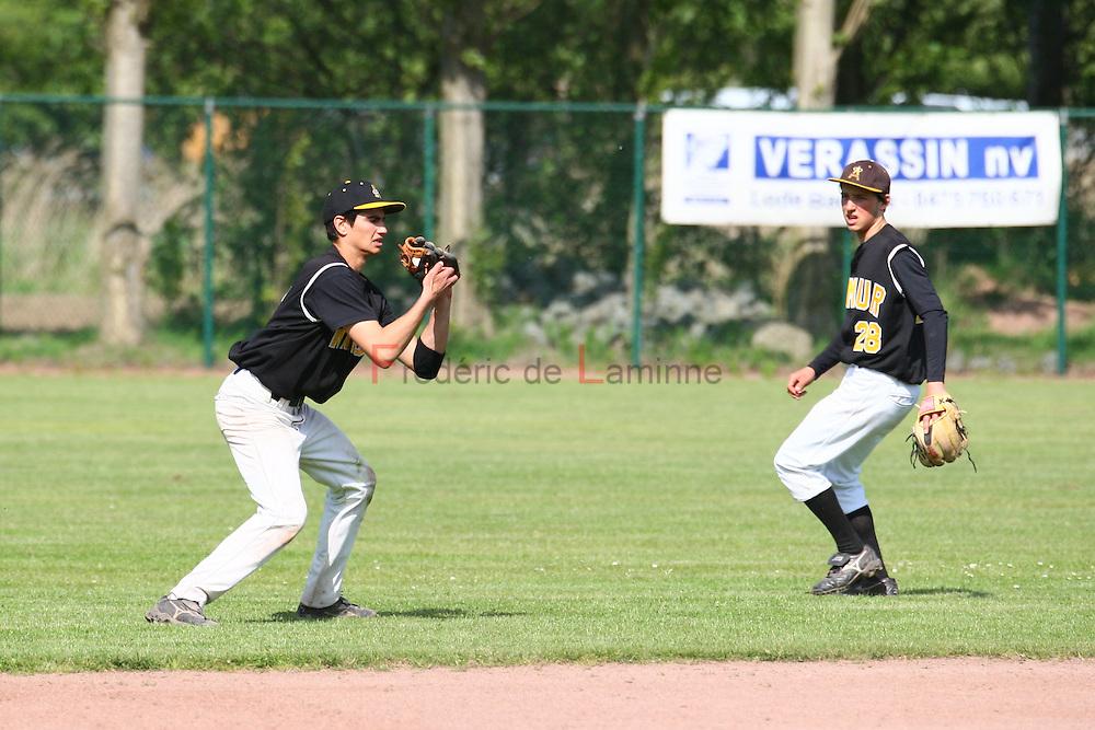 Baseball 1BB : Merksem Greys - Namur Angels.  Theodore DE BELLEFROID (left) caught a fly ball as  Florentin GOYENS (28) of the Namur Angels is watching.  Greys won 3 - 1