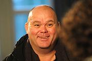 Perspresentatie van de Douwe Egberts Sinterklaasboeken in Party- en Congrescentrum Artis te Amsterdam.<br /> <br /> Op de foto:  Paul de Leeuw, schrijver van het Douwe Egberts Sinterklaasboekje VOOR JULLIE TIEN ANDEREN!