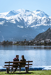 THEMENBILD - ein junges Paar sitzt auf einer Bank am Ufer des Zeller Sees, im Hintergrund die Stadt Zell am See, aufgenommen am 20. April 2019, Zell am See, Österreich // a young couple sitting on a bench on the shore of Lake Zell, in the background the town of Zell am See on 2019/04/20, Zell am See, Austria. EXPA Pictures © 2019, PhotoCredit: EXPA/ Stefanie Oberhauser