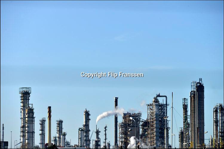 Nederland, Rotterdam, 28-1-2016Raffinaderij, olieverwerkende industrie, een terrein met opslagtanks voor olie. Rotterdam is in Europa de grootste importhaven en een van de grootste ter wereld voor overslag en raffinage van ruwe olie. De aangevoerde olie wordt voor ongeveer de helft gebruikt door raffinaderijen van Shell, BP, Esso, Exxon Mobil, Kuwait Petroleum, en Koch. De rest wordt per pijpleiding naar Vlissingen, Belgie en Duitsland overgeslagen. Foto: Flip Franssen/HH