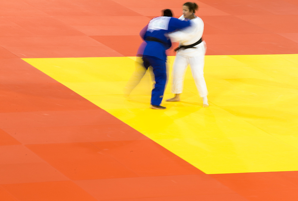 Leidi German (L) of the Dominican Republic struggles with Nina Cutro-Kelly of the United States in their 1/4 final contest in the women's judo +78kg class at the 2015 Pan American Games in Toronto, Canada, July 14,  2015.  AFP PHOTO/GEOFF ROBINS
