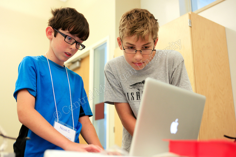 Middle school kids attend STEM Camp in the EHS Building photo by Claire Abendroth