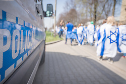 "12.04.2018, Konzentrationslager Auschwitz, Oswiecim, POL, ""March of the living"" am Weg aus dem ehemaligen deutschen Nazi-Todeslager Auschwitz I nach Auschwitz II - Birkenau, im Bild Teilnehmer des Marsches und ein Polizeiauto// participants during the 'March of the Living' from the former German Nazi death camp Auschwitz I to Auschwitz II - Birkenau at the concentration camp in Oswiecim, Poland on 2018/04/12. EXPA Pictures © 2018, PhotoCredit: EXPA/ Florian Schroetter"