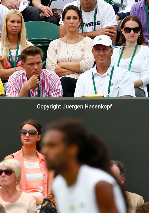 Wimbledon Championships 2013, AELTC,London,<br /> ITF Grand Slam Tennis Tournament,<br /> Dustin Brown (GER) Clan in der Spielerloge,Freundin Sarah als Zuschauer auf der Tribuene, Dustin unscharf im Vordergrund,Hochformat,