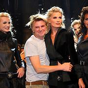 NLD/Amsterdam/20070803 - Modeshow najaar 2007 Erny van Reijmersdal, Erny met een aantal modellen op de catwalk