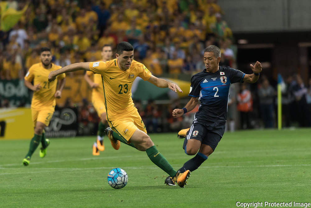 Football Soccer - Japan v Australia - World Cup 2018 Qualifier - Saitama Stadium 2002, Saitama, Japan - 31/08/17. Japan's Ideguchi Yosuke and Australia's Tomas Rogic in action. 31/08/2017-Saitama, JAPAN
