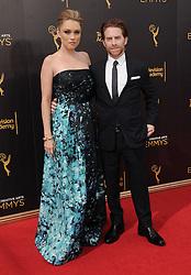 Clare Grant, Seth Green bei der Ankunft zur Verleihung der Creative Arts Emmy Awards in Los Angeles / 110916 <br /> <br /> *** Arrivals at the Creative Arts Emmy Awards in Los Angeles, September 11, 2016 ***