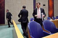 Nederland. Den Haag, 18 februari 2010. Bos, Balkenende en Rouvoet in vak K. Vertrek naar de ministerskamer, bij begin van een schorsing. Spoeddebat in de Tweede Kamer over de ontstane crisissituatie binnen het kabinet over Uruzgan, daags voor de val van het vierde kabinet Balkenende. Een dag later valt het kabinet. kabinetscrisis, vak kabinet, Balkenende IV, Balkenende Vier, politiek, coalitie<br />  Foto Martijn Beekman