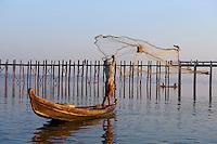 Myanmar (ex Birmanie), Mandalay, Pont de U Bein à Amarapura, lac Taung Thama // Myanmar (Burma), Mandalay, U Bein bridge at Amarapura, Taung Thama lake