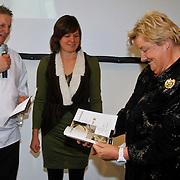 NLD/Arnhem/20111114 - Presentatie Goud op je Bord, Erik te Veldhuis, Brenda Funt overhandigen hun eerste boek aan Erica Terpstra