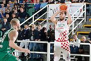 DESCRIZIONE : Avellino Lega A 2015-16 Play Off Gara 1 Sidigas Avellino Giorgio Tesi Group Pistoia <br /> GIOCATORE : Aleksander Czyz<br /> CATEGORIA : tiro tre punti<br /> SQUADRA : Giorgio Tesi Group Pistoia <br /> EVENTO : Campionato Lega A 2015-2016 <br /> GARA : Sidigas Avellino Giorgio Tesi Group Pistoia<br /> DATA : 07/05/2016<br /> SPORT : Pallacanestro <br /> AUTORE : Agenzia Ciamillo-Castoria/A. De Lise <br /> Galleria : Lega Basket A 2015-2016 <br /> Fotonotizia : Avellino Lega A 2015-16 Play Off Gara 1 Sidigas Avellino Giorgio Tesi Group Pistoia