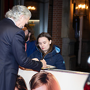 NLD/Amsterdam/20191217 - Premiere April, May en June, Patrick Duffy geeft handtekening aan een fan