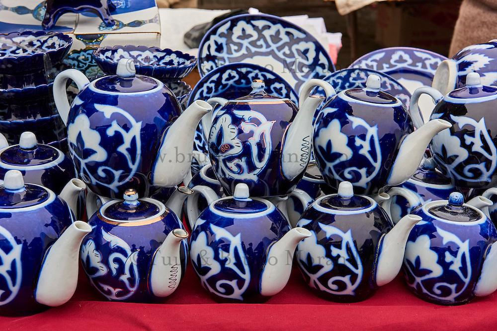 Ouzbekistan, region de Fergana, Marguilan, bazar, marché du thé, theière  // Uzbekistan, Fergana region, Marguilan, bazaar, tea market, teapots