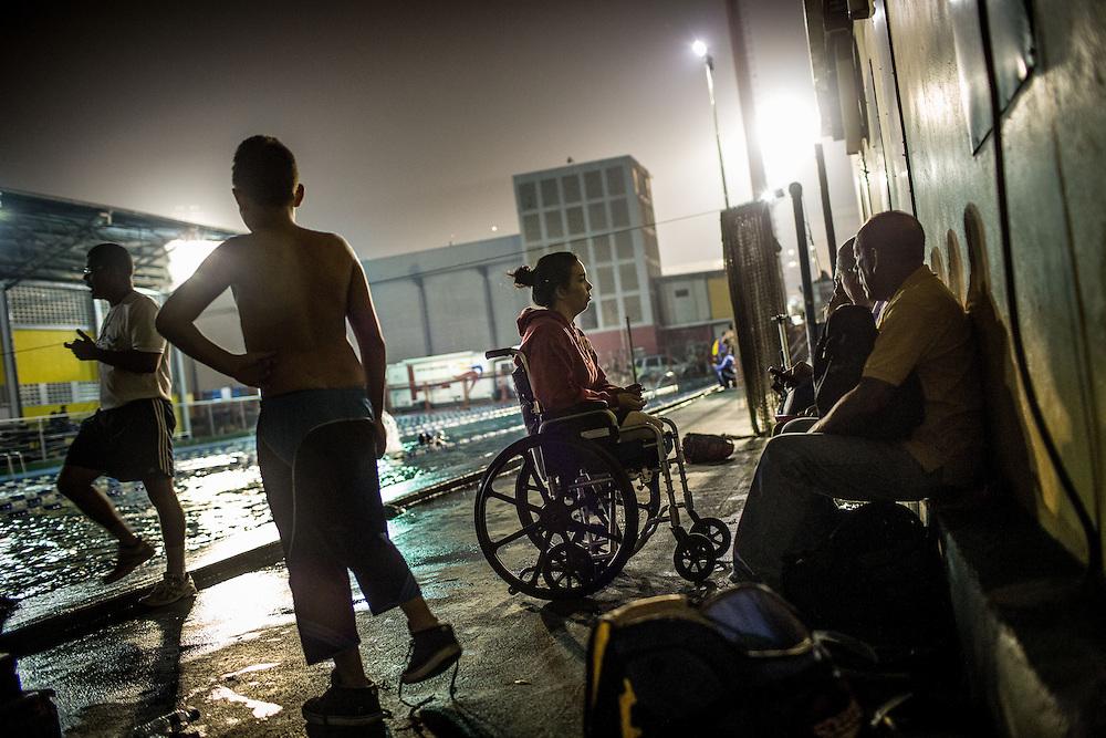Zarevitz Camacho permanece en su silla de ruedas antes de iniciar su clase de natación en el IND del Paraíso en Caracas. 08 de mayo de 2014. (Foto/Ivan Gonzalez)