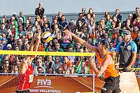 ROTTERDAM - Poulewedstrijd Brouwer/Meeuwsen - Huver/Seidl , Beachvolleybal , WK Beach Volleybal 2015 , 27-06-2015 , Robert Meeuwsen (r) slaat de bal langs Alexander Huber uit Oostenrijk (l)