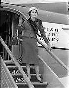 29/04/1958<br /> 04/29/1958<br /> 29 April 1958<br /> Miss Jean Cox, a shoe fashion advisor, boarding a flight at Dublin Airport.