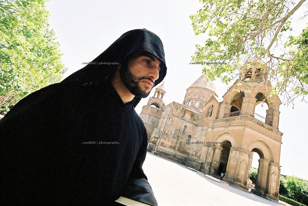 Ein junger Priester vor der Kathedrale in der armenischen Stadt Etschmiadsin. Die armenische Stadt ist das religiöse Zentrum der armenisch-apostolischen Kirche. Die Armenier hängen mehrheitlich dieser christlichen und eigenständigen Religion an.