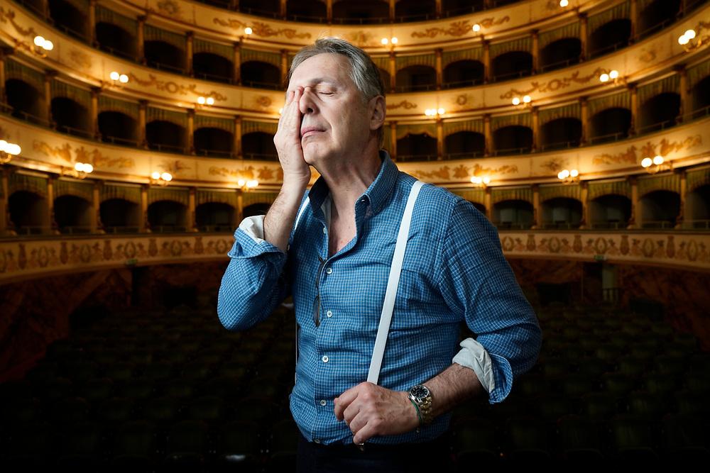 Massimo Rocchi, humosite, un po&egrave;te du rire. L'homme qui se tient, ou plut&ocirc;t, qui vibre, susurre, p&eacute;tille sur sc&egrave;ne, est quelqu'un qui observe attentivement les gens. Partout o&ugrave; il en rencontre, que ce soit en Italie, en France, en Suisse, en Allemagne - ou m&ecirc;me dans le public. Il a &eacute;tudi&eacute; les langues et le th&eacute;&acirc;tre.<br /> Cesena, Italie f&eacute;vrier 2018, Il Teatro Bonci<br /> &copy; Nicolas Righetti /Lundi13.ch