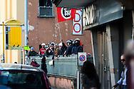 Roma 5 Aprile 2010.Occupata da CasaPound Italia la scuola 'Parinì di Montesacro abbandonata da tre anni per dare alloggi a 17 famiglie in stato di gravissima emergenza abitativa. Attivisti di CasaPuond  con caschi e bandiere  tra i cordoni degli agenti  di polizia, che li separano dalle proteste degli antifascisti.Rome April 5, 2010.Occupied by CasaPound Italy, the school 'Parini Montesacro abandoned by three years, to give housing to 17 families in serious housing crisis.  The CasaPuond activists, with helmets and flags, including the police cordons, that separating them from the protests of  the anti-fascists