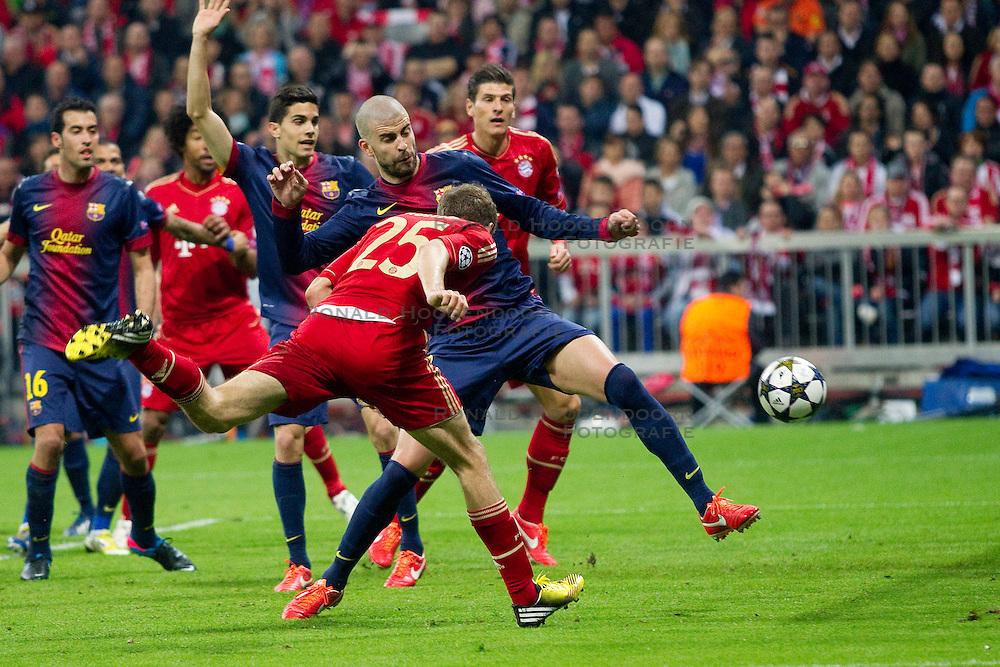 23-04-2013 VOETBAL: UEFA CL SEMI FINAL FC BAYERN MUNCHEN - FC BARCELONA: MUNCHEN<br /> Torschuss zum 1-0 durch Thomas Mueller (FCB #25) mit Gerard Pique (Barcelona #3)  Mario Gomez (FCB #33) <br /> ***NETHERLANDS ONLY***<br /> ©2013-FotoHoogendoorn.nl