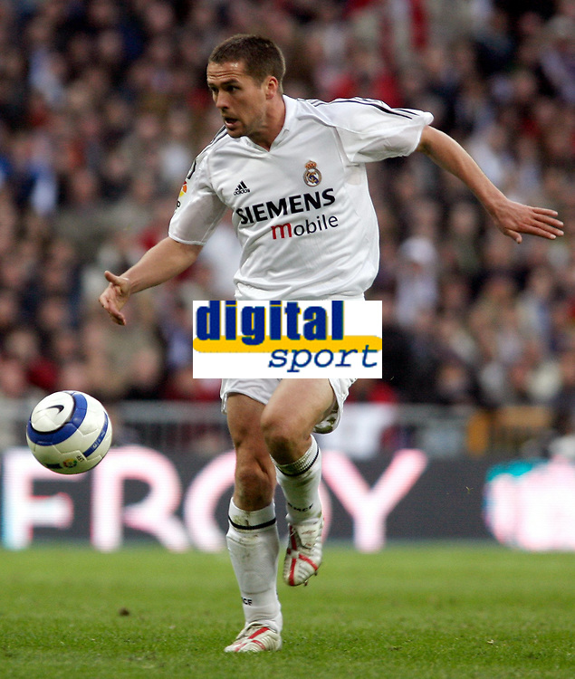 Fotball<br /> Spania 2004/05<br /> Real Madrid v Barcelona<br /> 10. april 2005<br /> Foto: Digitalsport<br /> NORWAY ONLY<br /> Real Madrid's Michael Owen on his way to score his side fourth goal
