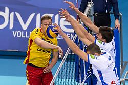04-04-2018 NED: Draisma Dynamo - Abiant Lycurgus, Apeldoorn<br /> Lycurgus wint met 3-2 van Dynamo / Wessel Blom #14 of Dynamo, Wytze Kooistra #2 of Lycurgus, Niels de Vries #17 of Lycurgus