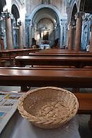 """Ostuni - Concattedrale, interno - Ostuni è un comune italiano di 32.182 abitanti della provincia di Brindisi in Puglia. Detta anche Città Bianca, per via del suo caratteristico centro storico che un tempo era interamente dipinto con calce bianca, oggi solo parzialmente. Insieme a Taranto e Santa Maria di Leuca, costituisce uno dei vertici ideali della penisola salentina. Rinomato centro turistico, nel 2008, 2009, 2010, 2011 e 2012 ha ricevuto la Bandiera Blu[4] e le cinque vele di Legambiente per la pulizia delle acque della sua costa e per la qualità dei servizi offerti. Nel 2005, inoltre, la Regione Puglia ha riconosciuto il comune come """"località turistica""""."""