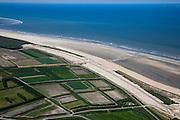 Nederland, Zuid-Holland, Ouddorp, 12-06-2009; Het Flaauwe Werk aan de kust van Goeree, een van de 'Zwakke Schakels'. Overzicht van de gehele dijk, met de Noordzee en de polders aan de landinwaarts.   .De zeewering bestaat hier uit een zeedijk, de met asfalt beklede dijk is versterkt en verhoogd en van een nieuwe laag zand voorzien..Swart collectie, luchtfoto (25 procent toeslag); Swart Collection, aerial photo (additional fee required); .foto Siebe Swart / photo Siebe Swart