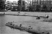 Den Haag 01-08-1975<br /> Segbroeklaan<br /> Sportvissers zitten aan de rand van de vijver van de Segbroeklaan in harmonie met de eenden<br /> <br /> © Ronald Speijer