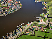 Nederland, Noord-Holland, Zaandam; 23-03-2020; Kalverpolder, Zaanse Schans, openlucht museum met historische houten huizen, winkels, werkplaatsen voor oude ambachten en molens aan oevers van rivier de Zaan. De toeristische trekpleister is nagenoeg uitgestorven door de corona crisis.<br /> Outdoor museum Zaanse Schans, historic windmills, workshops and houses.<br /> The tourist attraction is completely empty due to the corona crisis<br /> <br /> luchtfoto (toeslag op standaard tarieven);<br /> aerial photo (additional fee required)<br /> copyright © 2020 foto/photo Siebe Swart