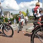 Nederland Barendrecht 16 juni 2008 20080616 Foto: David Rozing ..Verkeer; Kinderen en moeders fietsen langs /  op oversteekplaats  ..Foto David Rozing