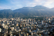 La vista aérea de parte de la ciudad de Caracas. Al fondo se puede ver en Ávila, el hotel Humbolt y el pico Naiguata.  Debajo edificios comerciales y residenciales, el tráfico de la autopista. Caracas, 19 - 09 - 2005 (Ramón Lepage / Orinoquiaphoto)   Aerial view the city of Caracas. The city with its Modern arquitecture, Highways and contrast between the rich and poor neighborhoods is surrounded by the Avila National Park and many hills around the valley where the shanty Towns or ´´barrios¨ have grown to become one the largest in Latin America.  (Ramón Lepage / Orinoquiaphoto)