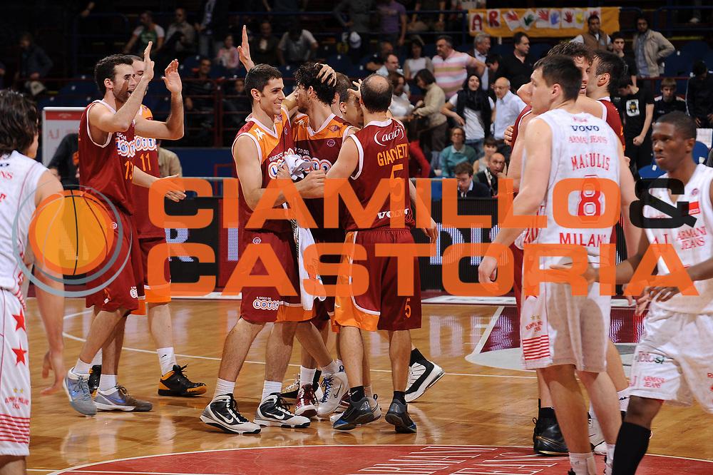 DESCRIZIONE : Milano Lega A 2009-10 Armani Jeans Milano Lottomatica Vitus Roma<br /> GIOCATORE : team Roma<br /> SQUADRA : Lottomatica Vitus Roma<br /> EVENTO : Campionato Lega A 2009-2010 <br /> GARA : Armani Jeans Milano Lottomatica Vitus Roma<br /> DATA : 25/04/2010<br /> CATEGORIA : Ritratto Esultanza<br /> SPORT : Pallacanestro <br /> AUTORE : Agenzia Ciamillo-Castoria/A.Dealberto<br /> Galleria : Lega Basket A 2009-2010 <br /> Fotonotizia : Milano Campionato Italiano Lega A 2009-2010 Armani Jeans Milano Lottomatica Vitus Roma<br /> Predefinita :