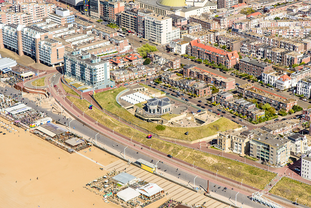 Nederland, Zuid-Holland, Scheveningen, 28-04-2017; de nieuw ontworpen boulevard (architect Manuel De Solà-Morales) met de dijk-in-boulevard, een verborgen dijk die de zeewering vormt in combinatie met voetgangerszone. Museum Beelden aan Zee.<br /> The newly designed boulevard (architect Manuel De Solà-Morales) with the dike-in-boulevard: a hidden seawall.<br /> luchtfoto (toeslag op standard tarieven);<br /> aerial photo (additional fee required);<br /> copyright foto/photo Siebe Swart