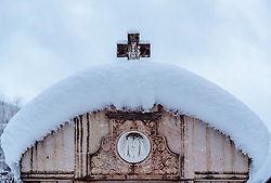 THEMENBILD - ein Kreuz auf schneebedeckten Grabstein, aufgenommen am 12. November 2016, Krimml, Österreich // A cross on snow covered tombstone, Krimml, Austria on 2016/11/12. EXPA Pictures © 2016, PhotoCredit: EXPA/ JFK