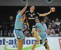 Handball EM Herren 2010 Vorrunde Slowenien - Deutschland 20.01.2010 Holger Glandorf (GER Mitte) gegen Miladin Kozlina (links) und Luka Zvizej (rechts beide SLO)