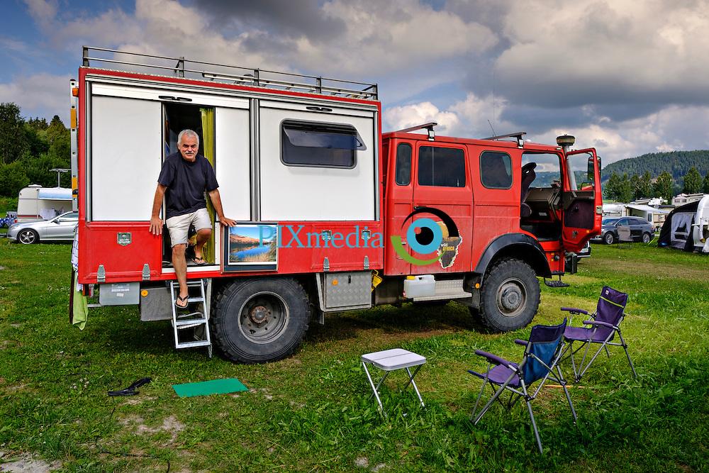 Tysk brannbil p&aring; ferie p&aring; Mj&oslash;sa ferie og fritidssenter.<br /> Paret Theo Weik og Erika Kempf har bygget om en brannbil til bobil og elsker &aring; komme litt videre p&aring; veien der andre bobilturister m&aring; gi opp.  De er p&aring; fem ukers ferie i Norge og planlegger tur til Mongolia neste &aring;r.