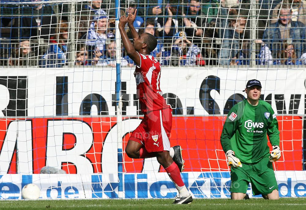 Fussball Bundesliga  33. Spieltag  VfL Bochum - VfB Stuttgart JUBEL VfB; Torschuetze Cacau Cacau nach seinem Treffer zum 2-3; VfL Torwart Jaroslav Drobny enttaeuscht